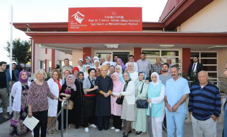 Emine Erdoğan Hanımefendi, Çamlıca'daki Prof. Dr. Fahrettin Kerim ve Nilüfer Gökay Huzurevi Yaşlı Bakım ve Rehabilitasyon Merkezi'ni ziyaret etti