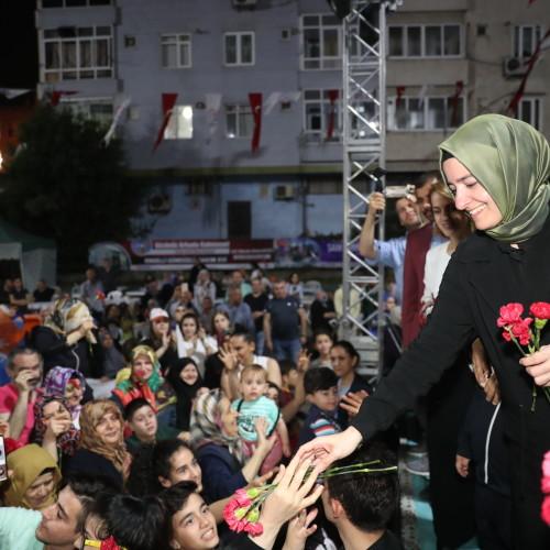 Bakan Kaya, seçim çalışmalarını Bayrampaşa'da sürdürdü.