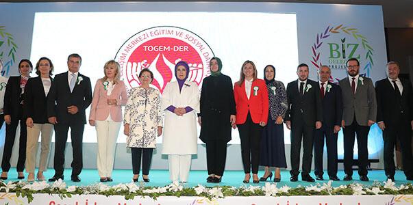 Emine Erdoğan Hanımefendi, TOGEM-DER tarafından düzenlenen iftar programına katıldı.